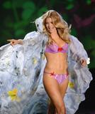 th_93052_Doutzen_Kroes_Victorias_Secret_Fashion_Show_in_NY_Catwalk_November_19_2009_04_122_355lo.jpg