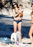 Camila Alves in a bikini at Malibu beach with son Levi, 01/18/09 Foto 10 (Камила Элвис в бикини на пляже Малибу с сыном Леви, 01/18/09 Фото 10)